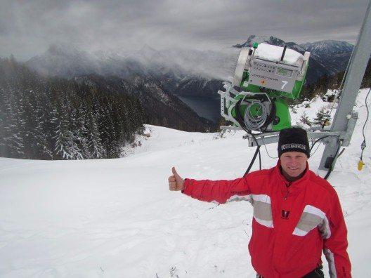 Start der Beschneiungsanlage mit dem stolzen Projektleiter BL-Stv. Johannes Königsmaier.