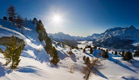 Blick von der Hahnenseeabfahrt auf die schneebedeckten Seen von Silvaplana und Sils bei schoenem Wetter und der Sonne im Gegenlicht. (Bild: © ENGADIN St. Moritz By-line:swiss-image.ch - Daniel Martinek)