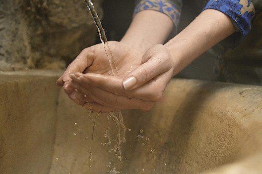 Während die Wasserqualität vielerorts oft nur mit der Chemiekeule aufrechterhalten werden kann, geniessen Gäste des Grand Resort Bad Ragaz erstklassiges und reinstes Thermalwasser.