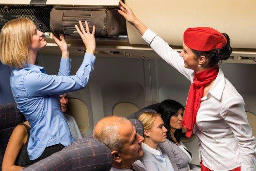 Was für viele den Start in die Ferien bedeutet, ist für Flugbegleiter der normale Arbeitsalltag. (Bild: © CandyBox Images - shutterstock.com)