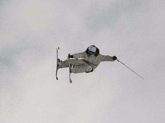 Als Freeriden bezeichnet man das Skifahren und Snowboarden durch unberührten Schnee abseits der markierten und kontrollierten Skipisten. (Bild: © Mag. Alban Egger - shutterstock.com)