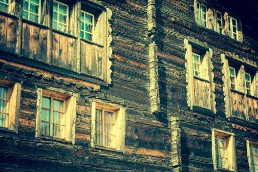Haus in Leukerbad (Bild: © Lukasz Janyst - shutterstock.com)