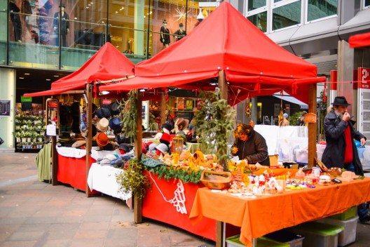 Wer seinen Weihnachtseinkauf lieber stimmungs- statt stressvoll verbringen will, sollte ab dem 1. Dezember in Lugano shoppen gehen. (Bild: © Anton_Ivanov - shutterstock.com)
