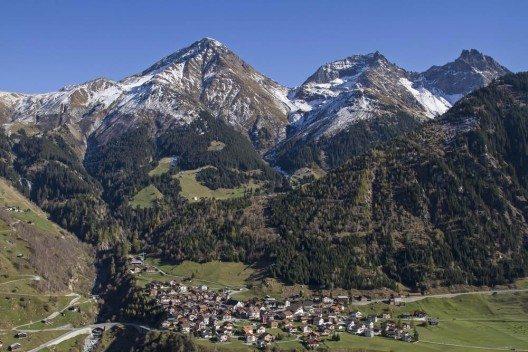 Lukmanierpass mit Blick auf bezaubernde Bergdörfer. (Bild: © Eder - shutterstock.com)