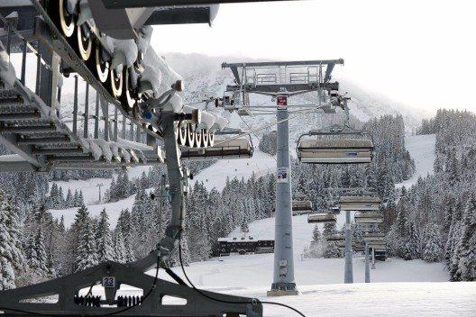 Das Bild zeigt die neu gebaute Achter-Sesselbahn. (Bild: © Wolfgang B. Kleiner)