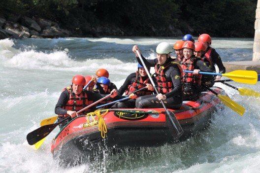 Beim Rafting geht ohne Schutzhelm nichts. Die Wildwasser-Passagen des Snake River sind unberechenbar und können Insassen jederzeit aus dem Boot werfen.