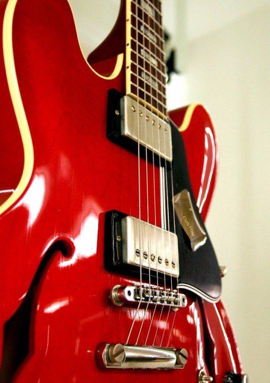Halbakustik-E-Gitarre und Mundharmonika sind die wichtigsten Instrumente des Delta-Blues.
