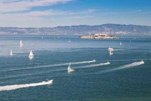 In der Bucht von San Francisco bietet die Alcatraz-Gefängnisinsel immer den Hintergrund bei einer Segelpartie.