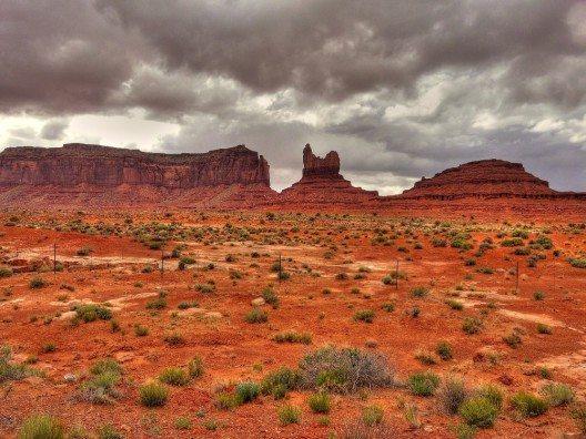 Das Monument Valley in Arizona bietet mit seinen bizarren Felsformationen eine beeindruckende Aussicht beim Wüstenlauf.