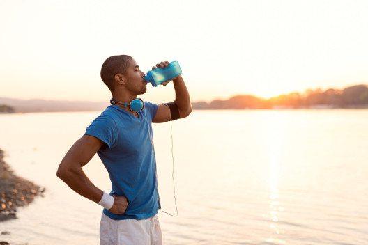 Genügend trinken, ist beim Wüstenlanglauf lebenswichtig. Fünf Liter sollten mindestens dabei sein.