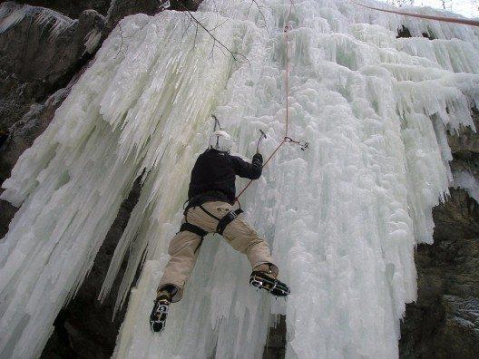 Eisklettern ist etwas für erfahrene Alpinisten, die sich statt mit den Händen auch mit Eispickeln am gefrorenen Hang oder Wasserfall fortbewegen können.