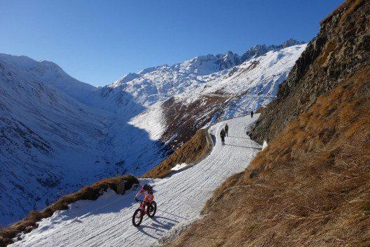 Fatbike und Winterwandern Tiefenbach. (Bild: Ferienregion Andermatt)