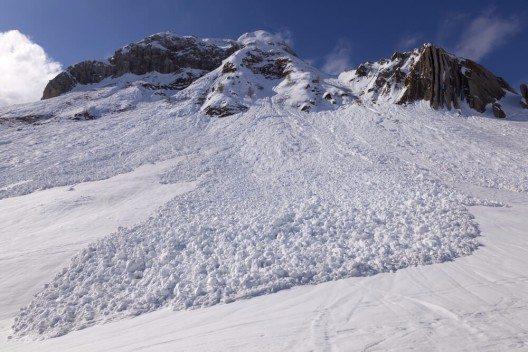 Lawinen werden ausgelöst, wenn einzelne Schneeschichten nur unzureichend miteinander verbunden sind. (Bild: © scattoselvaggio - shutterstock.com)