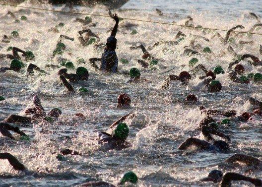 Beim Massenstart der ersten Ironman-Disziplin, Schwimmen, geht es eng zu.