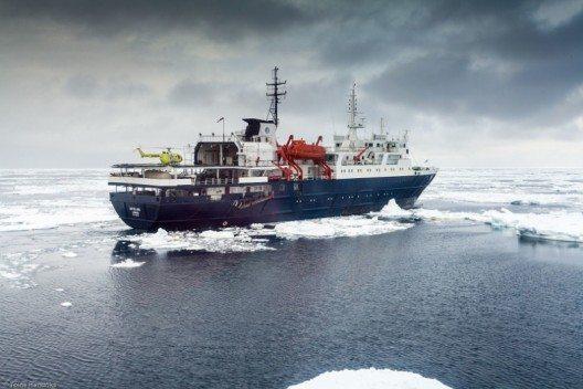"""Das Schiff """"Ortelius"""" im Rossmeer mit Helikopter (Bild: © Toine Hendriks - Oceanwide Expeditions)"""