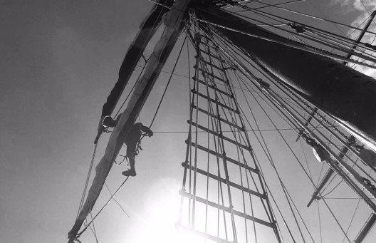 Tobi klettert in den Masten herum und prüft die Seile.