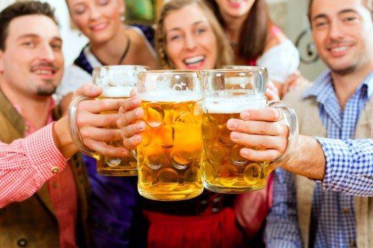 Für ungetrübten Genuss steht seit jeher auch das Münchner Bier. (Bild: © berninazug.ch) (Bild: © Kzenon - shutterstock.com)