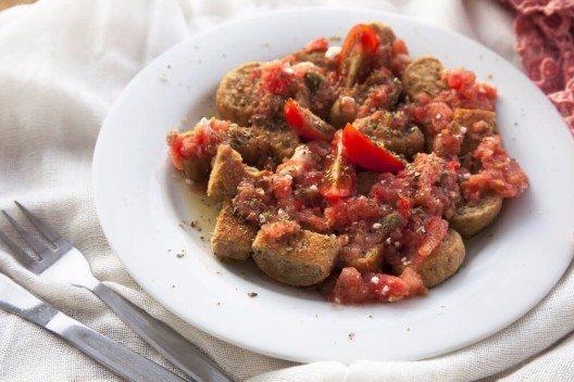 Guten Appetit bei griechischem Dakos (Bild: © Charlotte Lake - shutterstock.com)