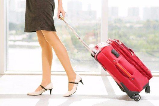 Glücklicherweise gibt es inzwischen so gut wie alle Beauty-Produkte in praktischen Reisegrössen. (Bild: © Dragon Images - shutterstock.com)