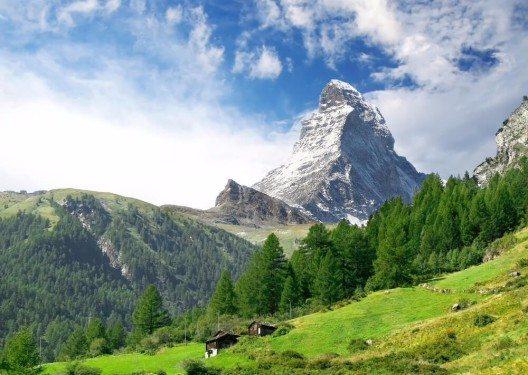 Zermatt liegt auf gut 1.600 Metern Höhe im Mattertal, nordöstlich zum Matterhorn. (Bild: © Lenar Musin - shutterstock.com)