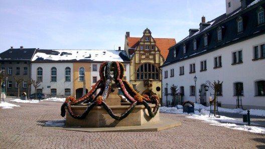 """Im Volksmund spricht man beim schmücken der Brunnen vom """"Brunnen putzen"""". (Bild: © Edith Czech - shutterstock.com)"""