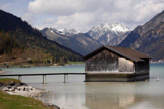 Der Achensee in Tirol ist als Reiseziel und Naherholungsgebiet über die Grenzen Österreichs hinaus bekannt. (Bild: © Anna Moritz - shutterstock.com)