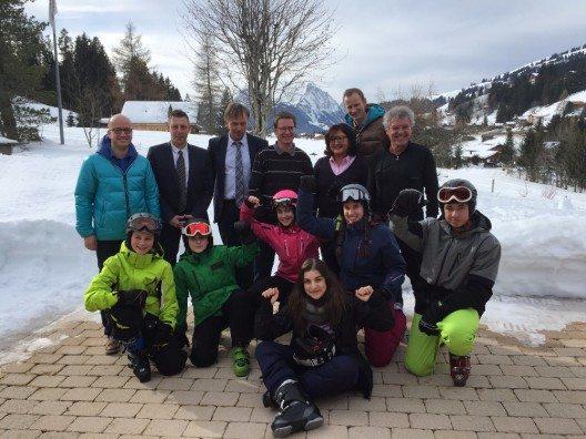 Getragen wurde Deux im Schnee von Lehrkräften, Schulleitungen, Eltern der Partnerschulen, von Gstaad Saanenland Tourismus und lokalen Schneesportpartnern.
