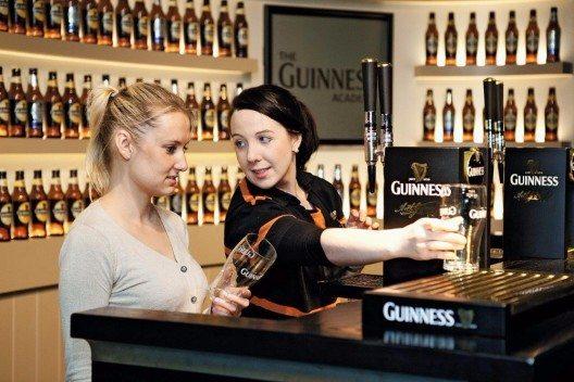 """Weltbekannt ist das dunkle """"Guinness Stout"""" mit der weissen Schaumhaube. (Bild: © Hotelplan Suisse)"""