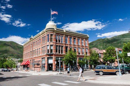 Aspen ist bekannt für seine unzähligen Boutiquen (Bild: © Oscity - shutterstock.com)