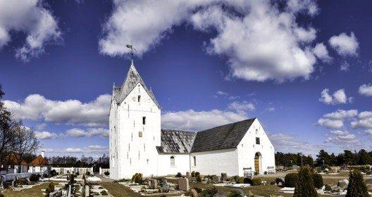 Wer sich für Kirchen interessiert, besucht die Römö Kirke. (Bild: © Frank Bach - fotolia.com)