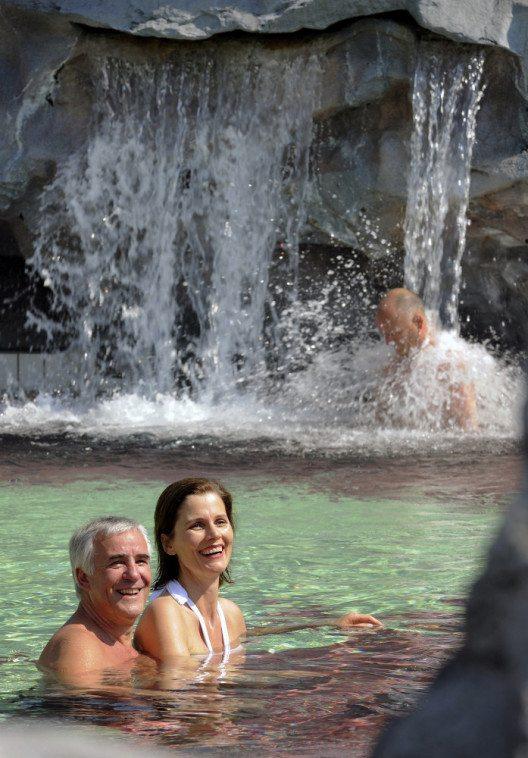 Eine von vielen heilsamen Attraktionen in Bad Füssing: der Thermalwasserfall im Johannesbad, eine der drei Thermen im Ort. (Bild: © Kur- & GästeService Bad Füssing/Fotograf: Günter Standl)