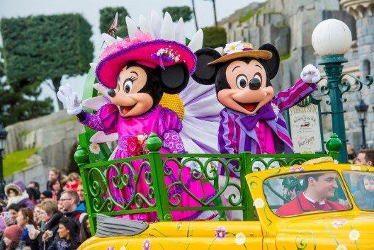 Die Disney-Lieblinge feiern den Frühling mit zwei neuen Paraden, die mehrmals täglich durch den Disneyland-Park ziehen.