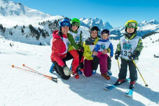 Der Famigros Ski Day findet den ganzen Winter über 15-mal in allen Regionen der Schweiz statt. (Bild: Haslital Tourimus)