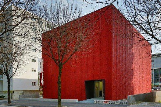 """Der """"rote Würfel"""" von Locarno erfreut sich bei Kunstliebhabern grosser Beliebtheit. (Bild: © Ghisla Art)"""