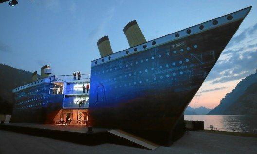 Die Titanic trohnt bei der Szene 'Kein Mond / Herbstwind' über dem abendlichen Walensee in einer Probe zu 'Titanic (Bild: © swiss-image.ch/Photo Andy Mettler)
