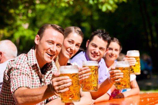 Sobald die Sonne wärmt, beginnt die Biergartensaison, bei entsprechender Wetterlage bereits im April. (Bild: © Kzenon - shutterstock.com)