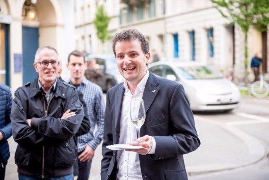 Der Vorsteher der Freien Ferienrepublik Pascal Schär begrüsst die Ehrengäste. (Bild: © Saastal Marketing AG)