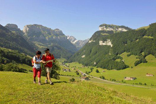 Appenzell - Paar beim Wandern auf einem Talwanderweg im Appenzell, im Hintergrund der Alpstein mit der Ebenalp (1644 m). (Bild: Appenzellerland Tourismus AI / swiss-image.ch / Christian Perret)