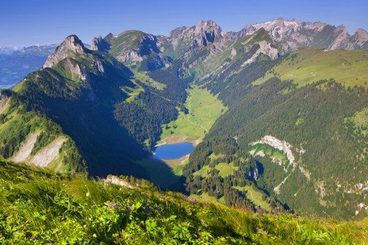 Appenzell - Blick vom Hohen Kasten auf den Saemtisersee und den Saentis im Alpstein. (Bild: Appenzellerland Tourismus AI / swiss-image.ch / Roland Gerth)