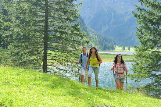 Wanderung am See im Tannheimer Tal (Bild: Tourismusverband Tannheimer Tal)