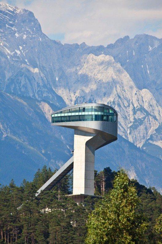 Die Bergiselschanze thront markant am geschichtsträchtigen Bergisel im Süden von Innsbruck und gilt wegen ihrer Form und Lage als einzigartige Sehenswürdigkeit.