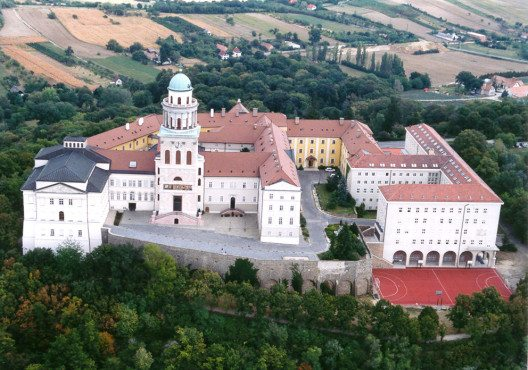 Die Erzabtei Pannonhalma in Ungarn (Bild: Civertan Grafikai Stúdió, Wikimedia, CC)
