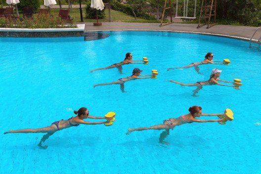 Ein beliebtes Aktivprogramm für Einsteiger ist auch Aqua-Fitness. (Bild: fotopool – Shutterstock.com)