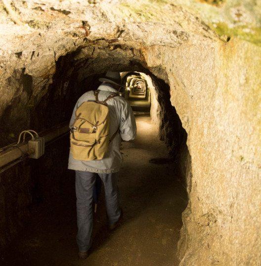 In einem engen Stollen erhält man einen Eindruck von der harten Arbeit der Tunnelbauer. (Bild: Max Hugelshofer, Schweizer Berghilfe)
