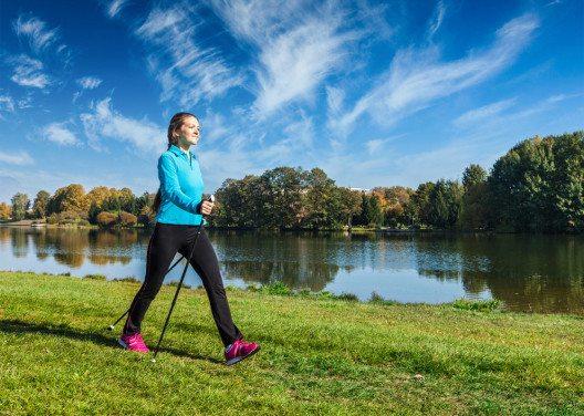 Ein guter Einstieg für alle, die nicht an Sport gewöhnt sind, ist Nordic Walking. (Bild: f9photos – Shutterstock.com)