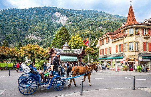 Ein Besuch in Interlaken bietet vielerlei Möglichkeiten für Ausflüge mit der ganzen Familie. (Bild: Boris-B – Shutterstock.com)