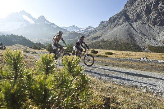 Mountainbiker bei der Alp Mora am Rande des Schweizerischen Nationalparks (Bild: Graubünden Ferien/Andrea Badrutt)