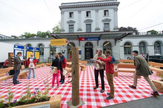 Am Zürcher Bahnhof Stadelhofen wurden Passanten mit einem typischen Bündner Picknick überrascht. (Bild: Graubünden Ferien)