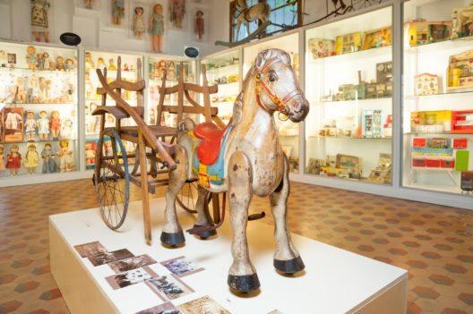 Spielzeug bestaunen(Bild: © Museu de sa Jugueta)