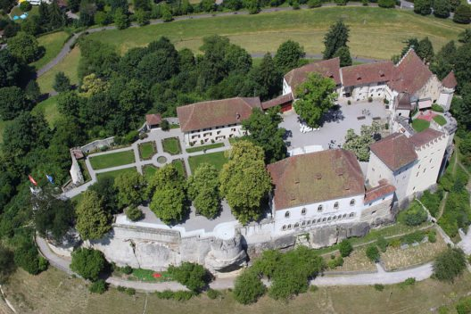 Schloss Lenzburg aus der Luft (Bild: Boehlich, Wikimedia, CC)
